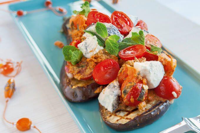 Auberginen-Bruschetta mit Basilikum und Sonnentomaten-Salat mit Zwergenwiese Streich