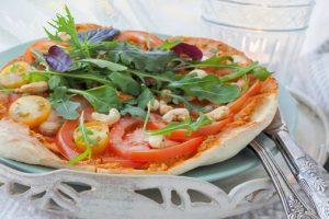 Rucola-Tomaten-Flammkuchen mit Zwergenwiese Streich