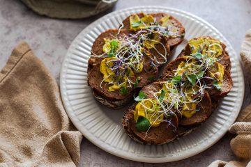 Brot mit veganem Aufschnitt und Senf