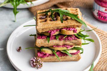 Waffel Sandwich mit Rote Bete Meerrettich Streich